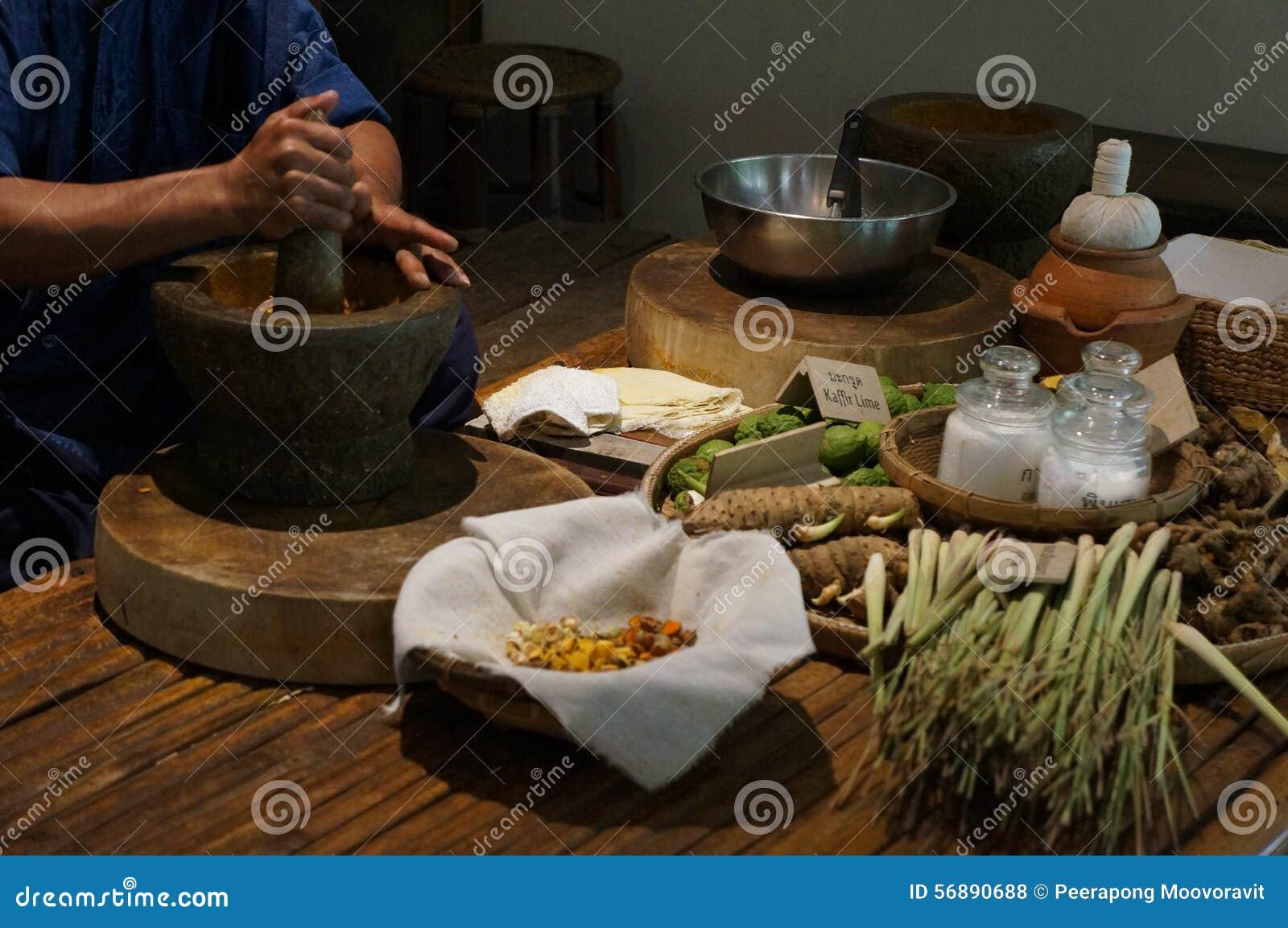 Il massaggio tradizionale tailandese dell erba medica di erbe prepara il concetto