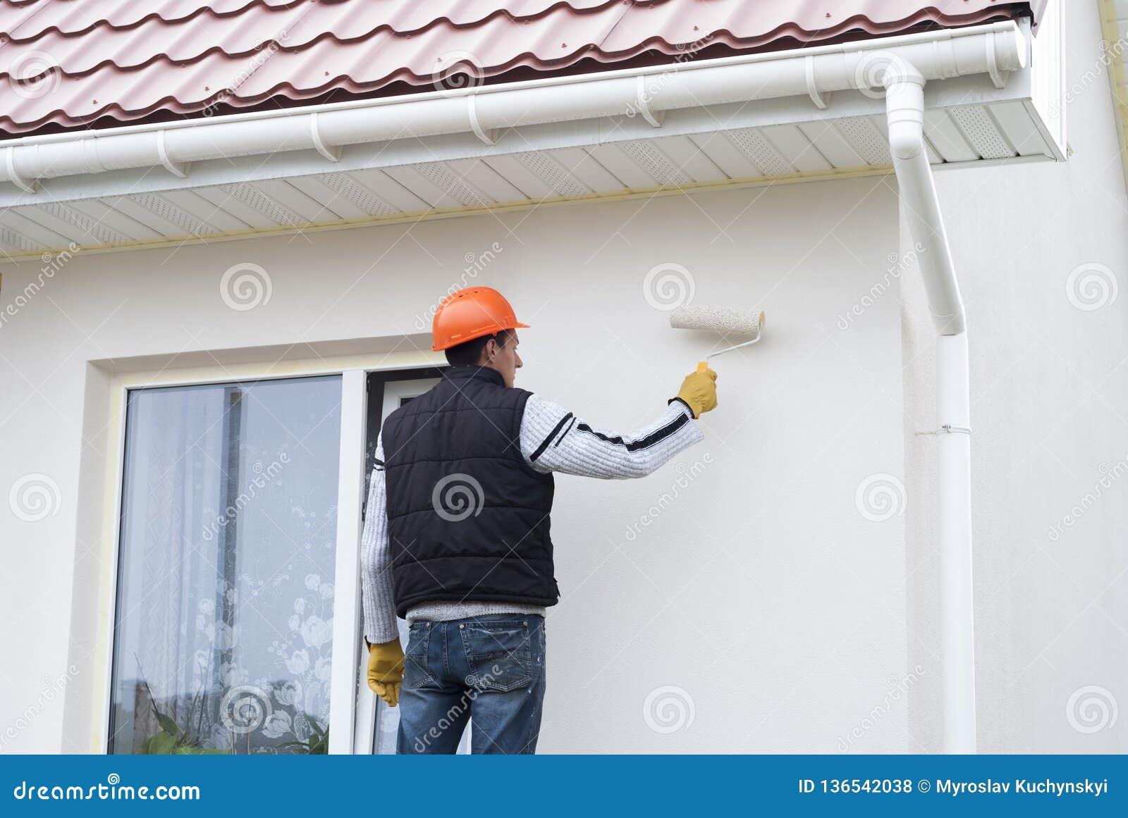 Il Master dipinge la parete
