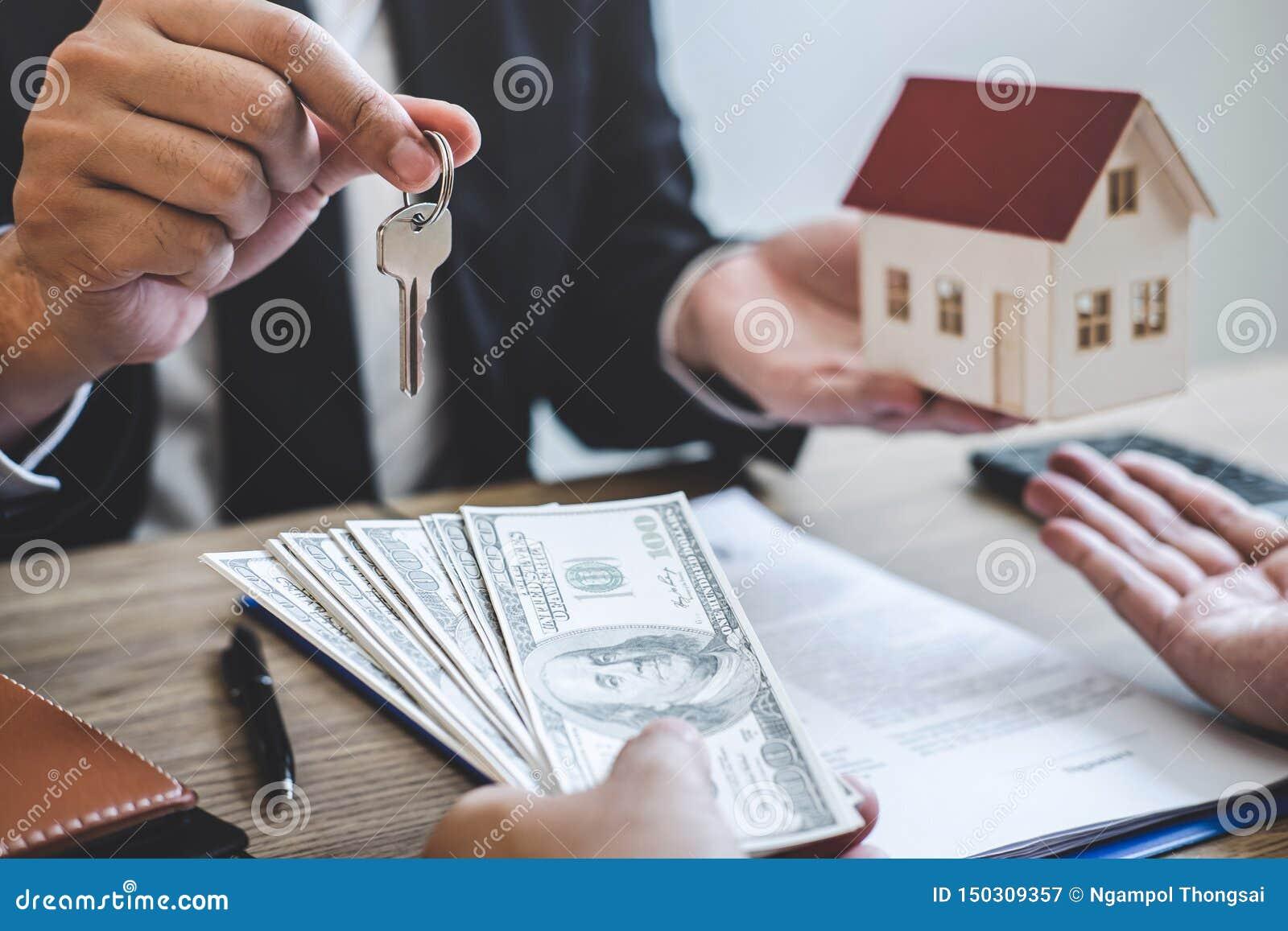 Il mediatore dell agente immobiliare riscuote i fondi dal cliente dopo la firma del bene immobile del contratto di accordo con la