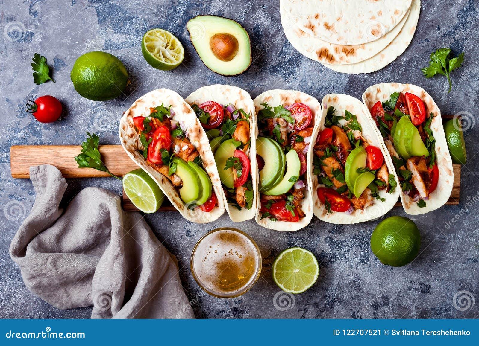 Il messicano ha grigliato i taci di pollo con l avocado, pomodoro, cipolla sulla tavola di pietra rustica Ricetta per il partito