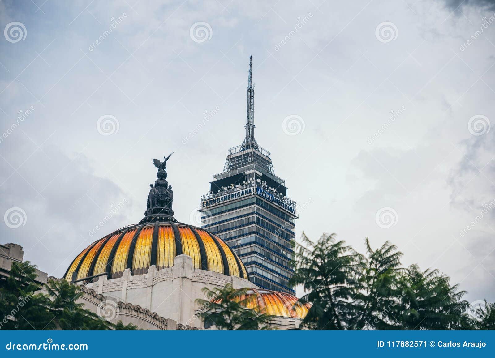 IL MESSICO - 20 SETTEMBRE: Torre e cupola dell America latina del palazzo delle belle arti nel dowtown