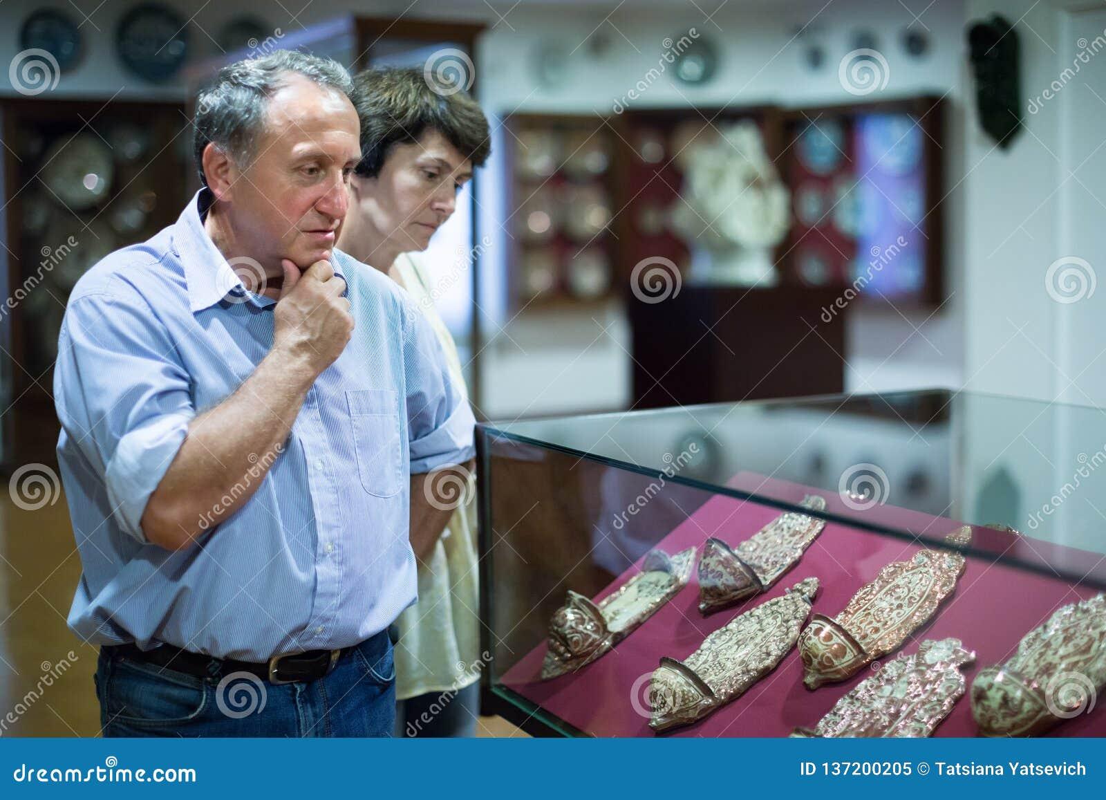 Il mezzo ha invecchiato gli uomini ed il collettore delle donne valuta la mostra in museo storico