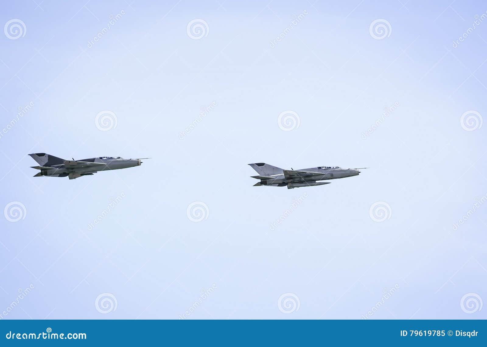 Il militare scaturisce mig-21 sul fondo del cielo blu