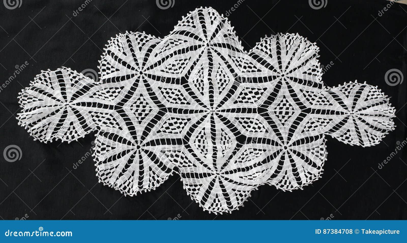 Il Modello Bianco Lavora Alluncinetto La Tovaglia Fotografia Stock