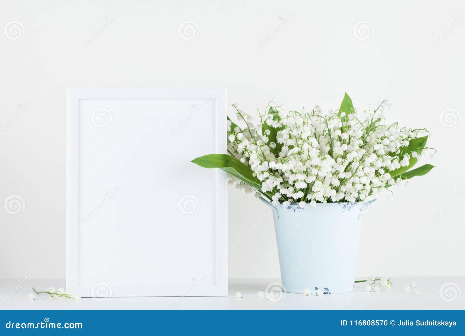 Il modello della cornice ha decorato i fiori in vaso su fondo bianco con spazio pulito