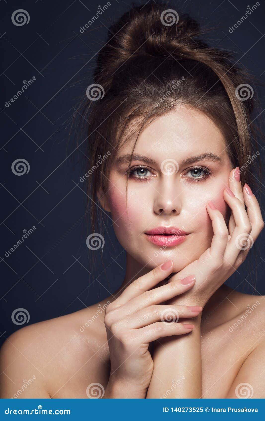 Il modello di moda Beauty Makeup Portrait, polacco di unghie di rosa della donna, labbra compone, arruffa lo stile di capelli