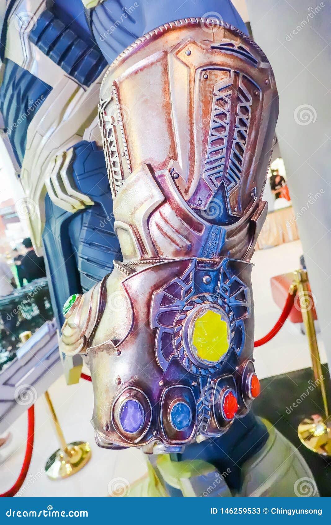 Il modello di Thanos Mighty Glove Infinity Gauntlet alla persona in piedi dei vendicatori 4 di film del supereroe di meraviglia: