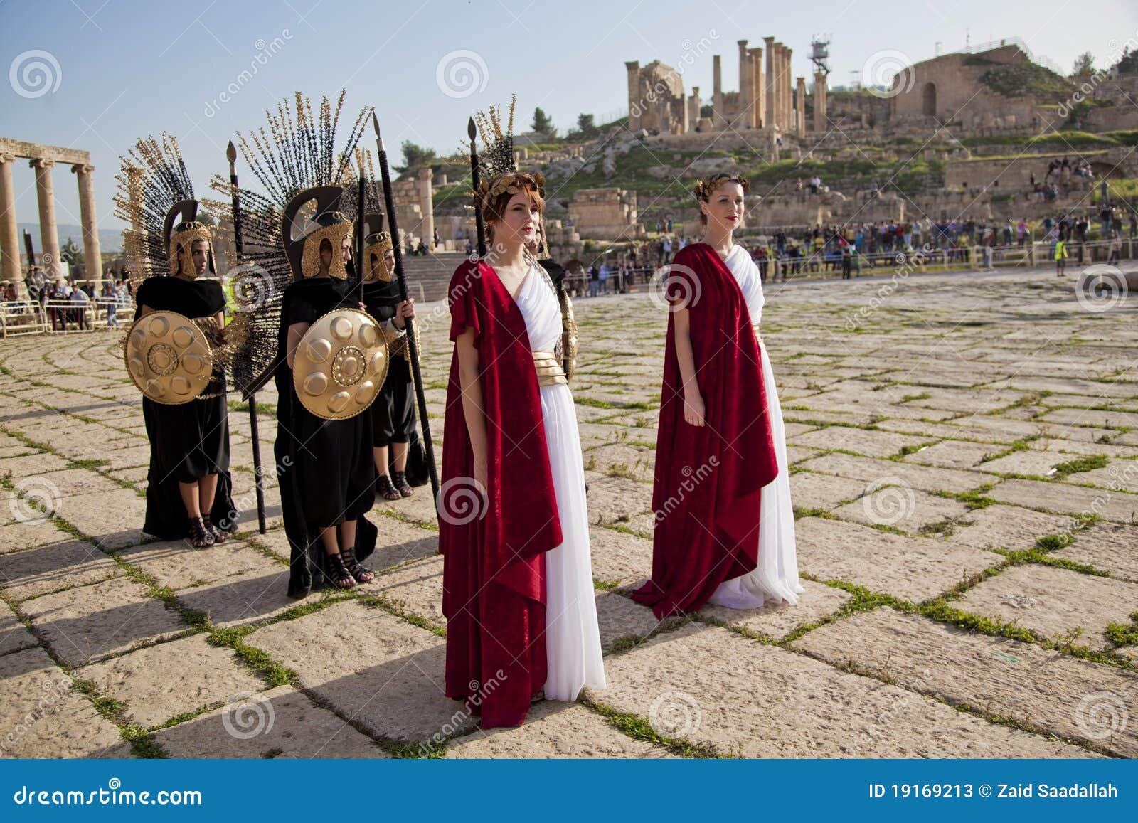 Il Matrimonio Romano Antico : Il modello femminile si è vestito in costume romano antico