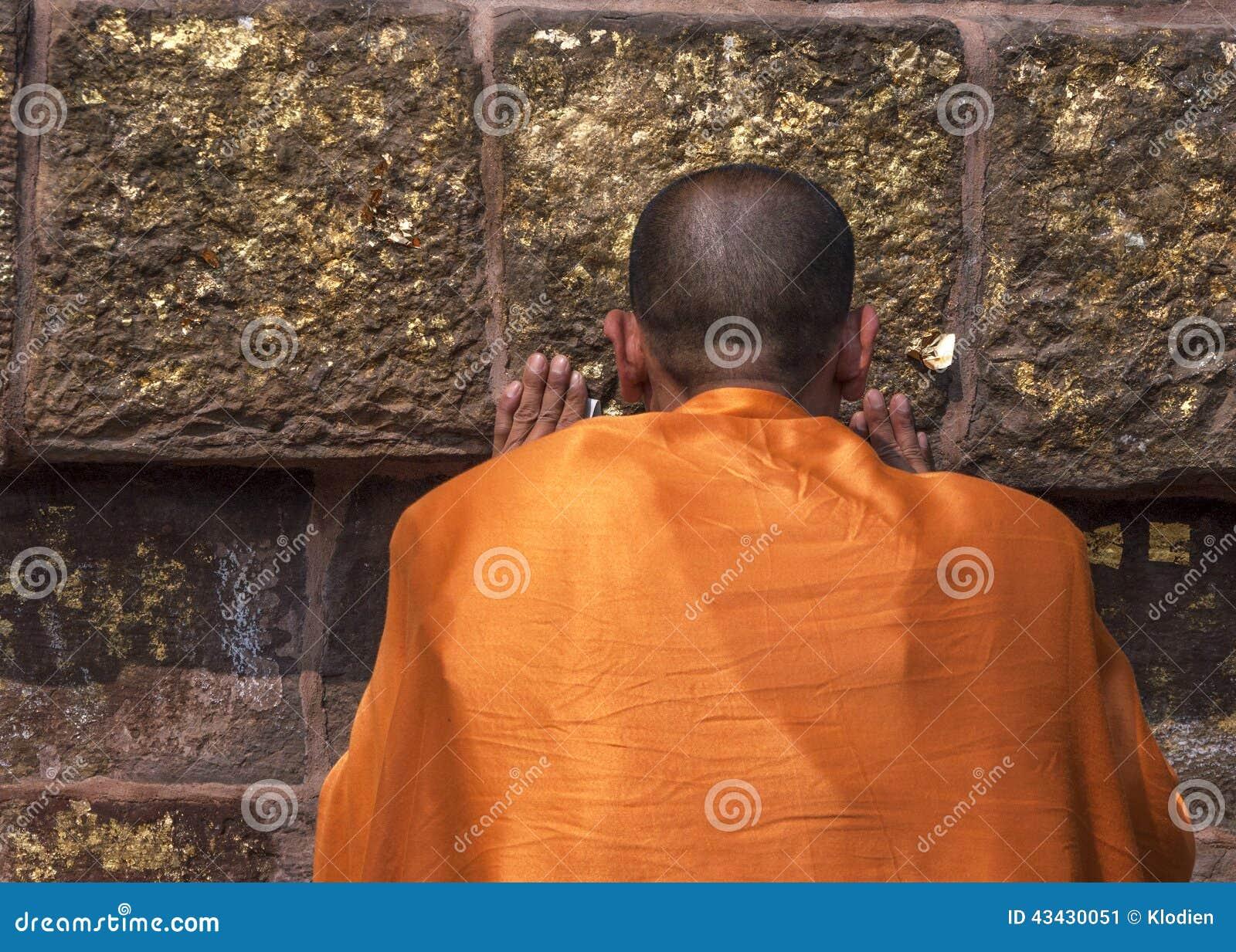 Il monaco buddista prega al Dhamekh Stupa