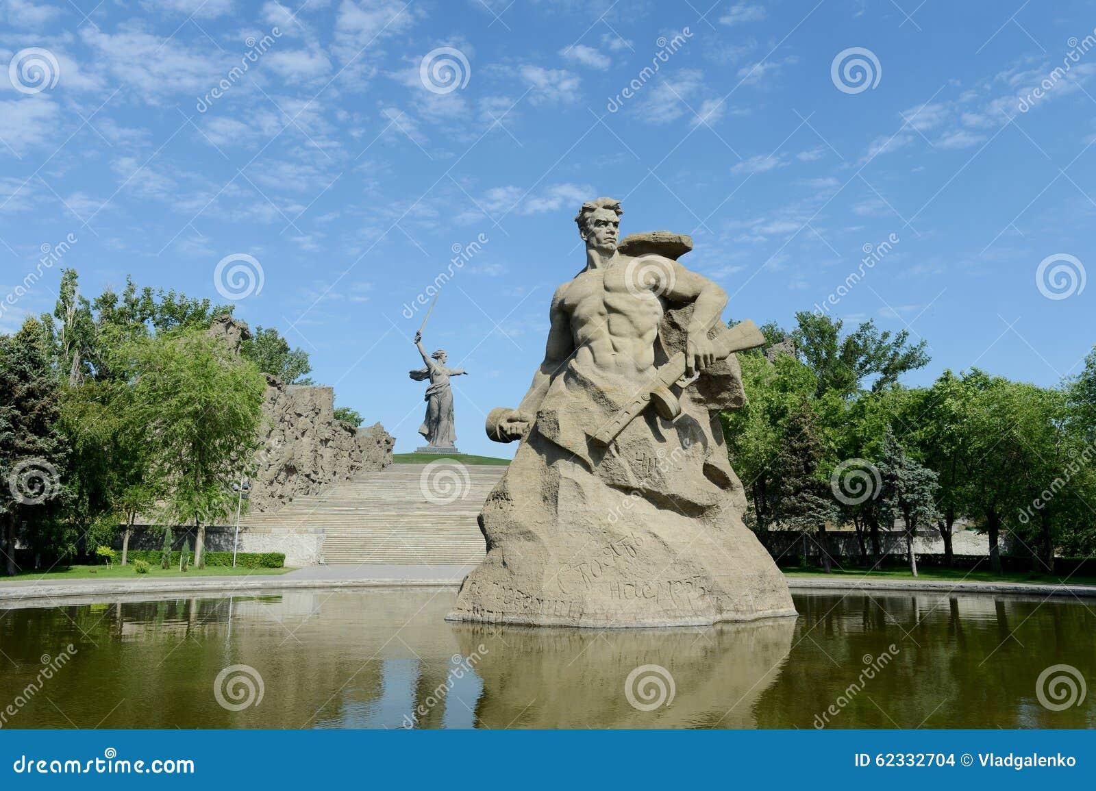 Il monumento le chiamate della patria! scultura di un soldato sovietico da combattere alla morte! al vicolo di memoria nella citt
