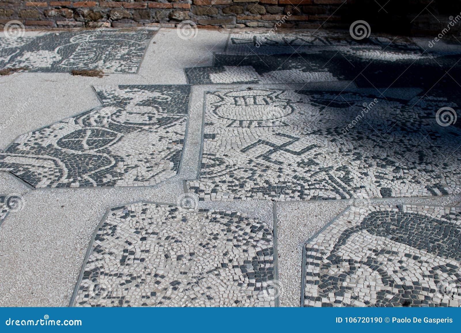 Il mosaico romano con le piccole pietre in bianco e nero piastrella