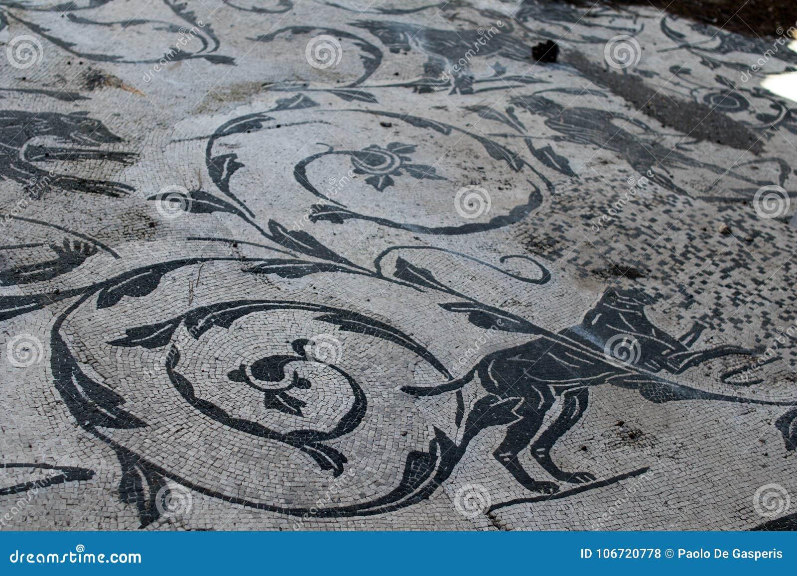 Il mosaico romano con le piccole pietre in bianco e nero