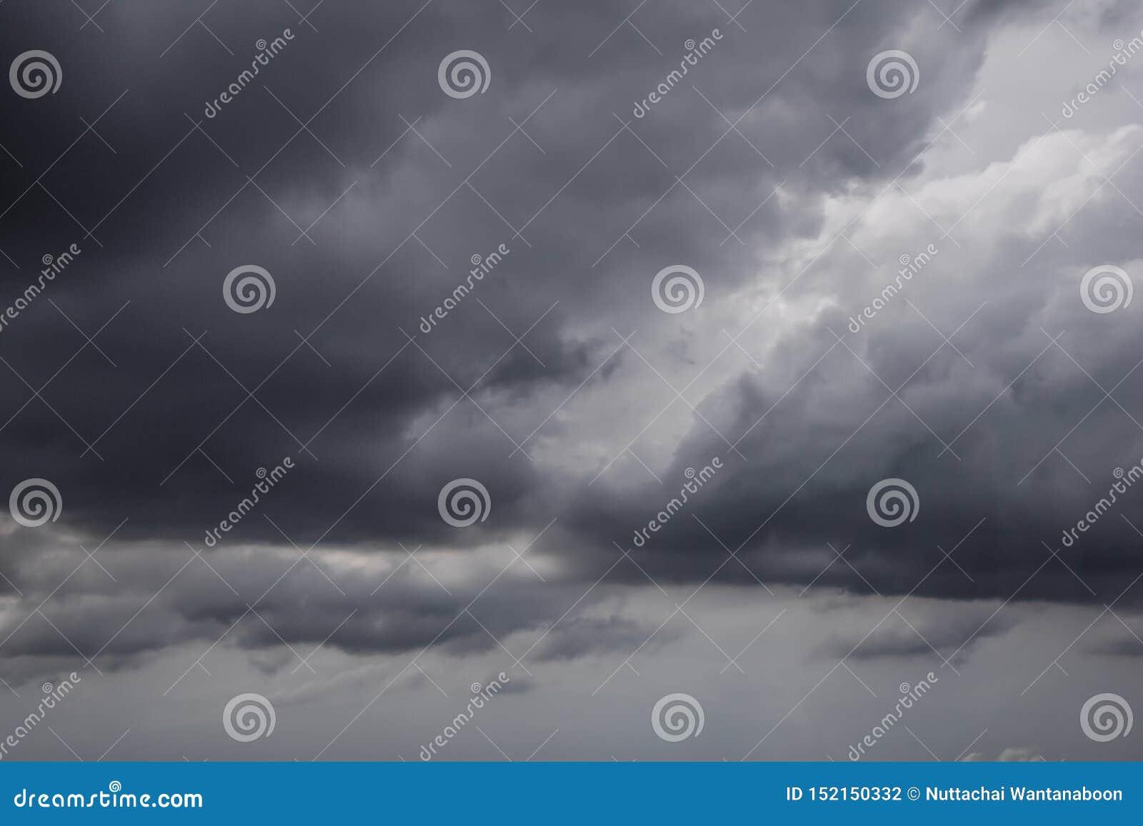 Il movimento delle nuvole nere prima di pioggia, area delle nuvole di tempesta, nuvole nere si forma sopra il cielo prima del sup