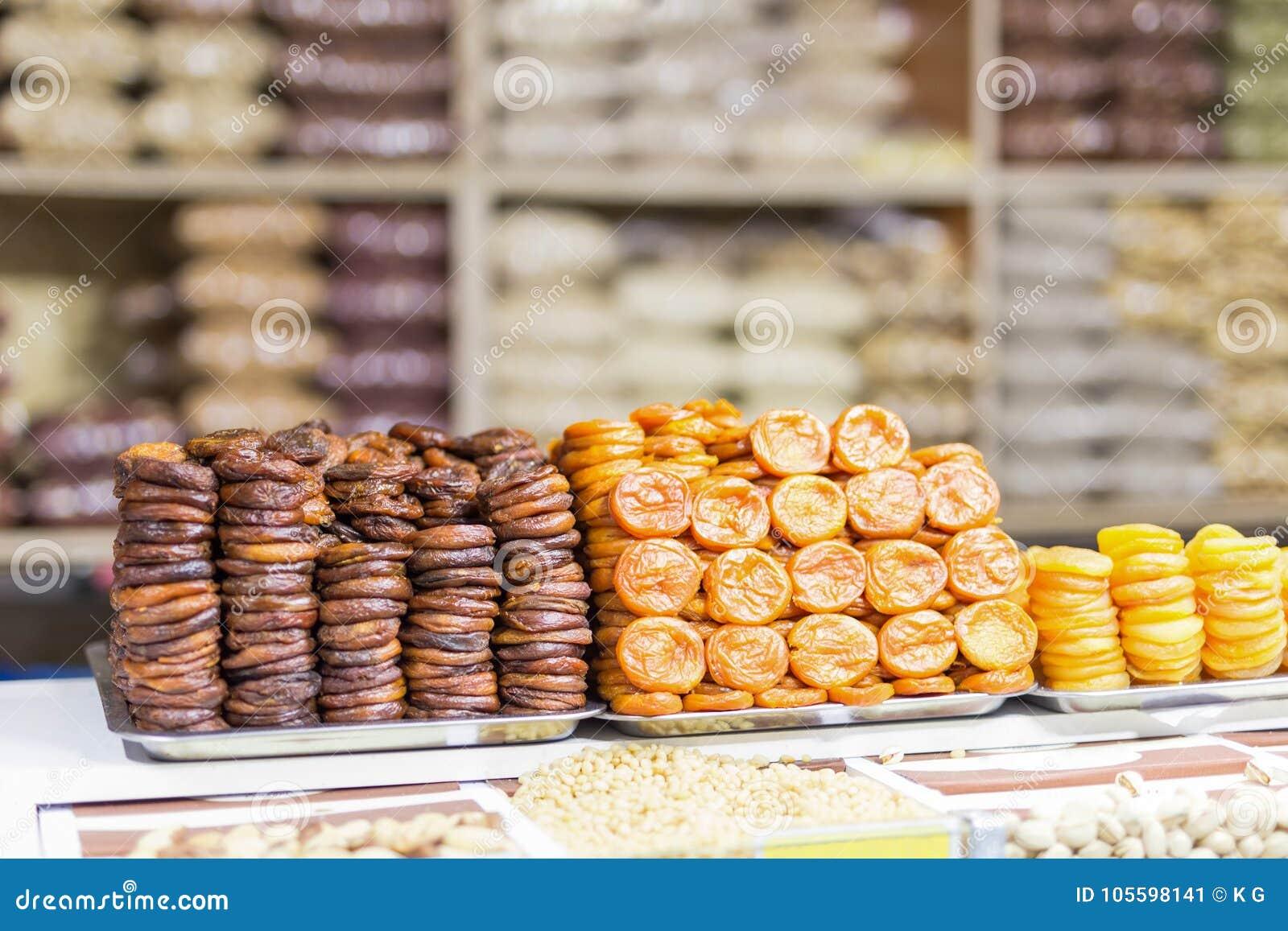 Il mucchio dei frutti secchi, albicocche secche ha preparato in vario mercato o deposito dell AR di modi