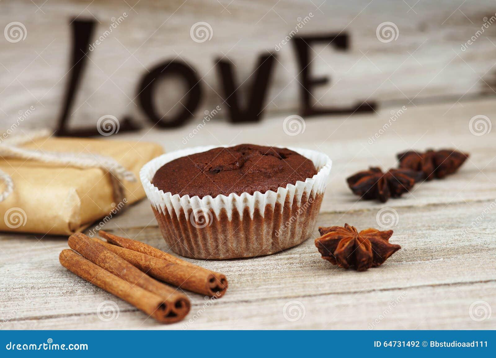 Il muffin del cioccolato, il contenitore di regalo e la parola amano