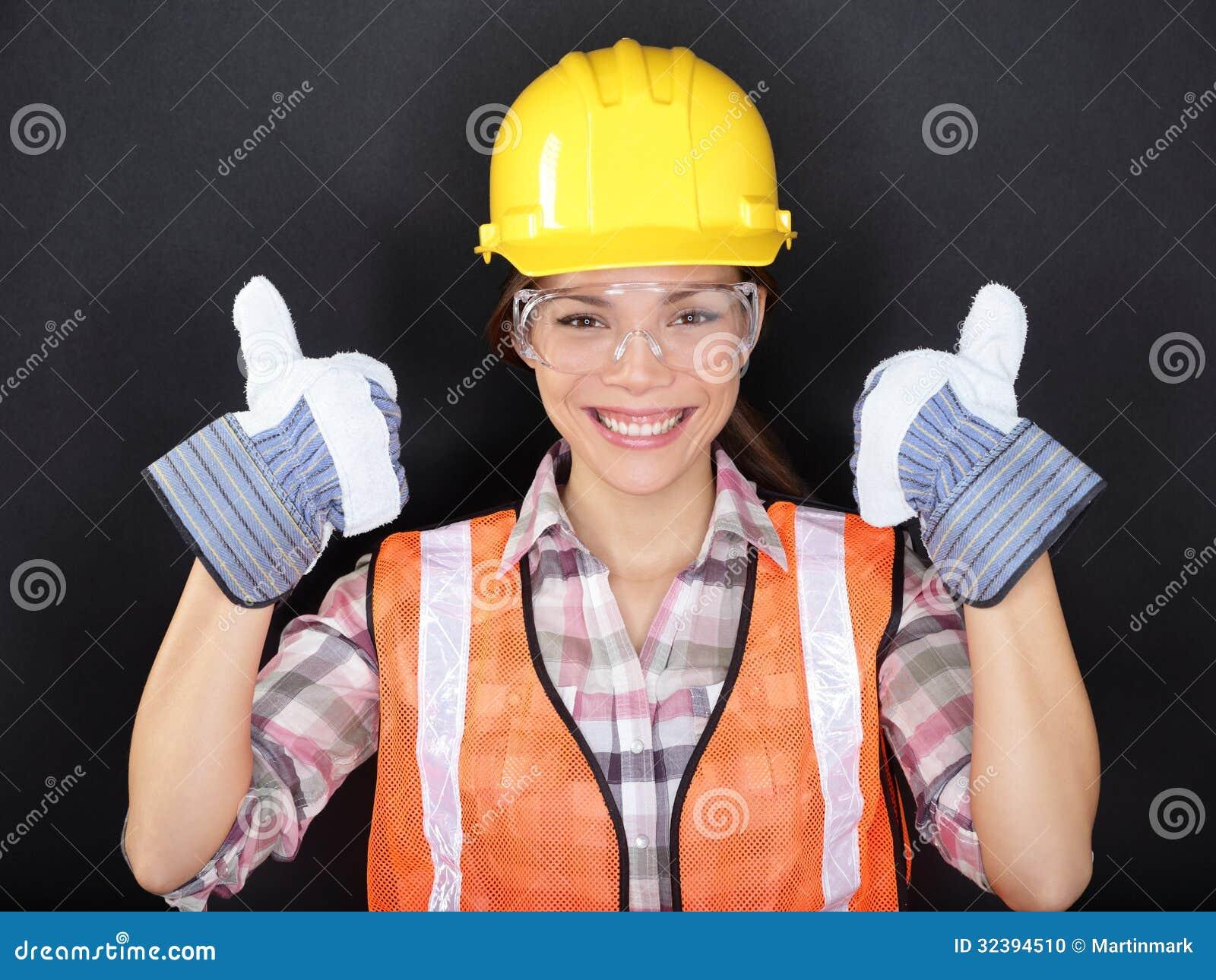 Il muratore sfoglia sul ritratto felice della donna