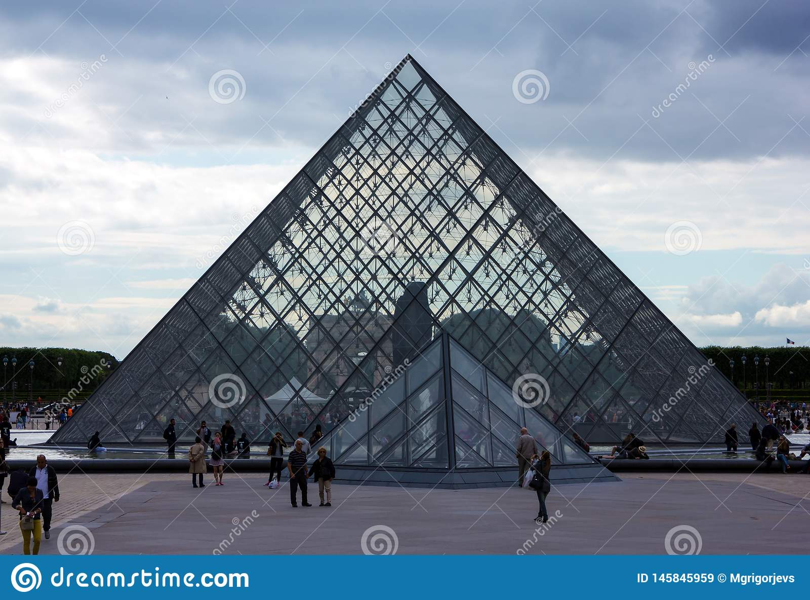 Il museo della piramide del Louvre a Parigi, Francia, il 25 giugno 2013