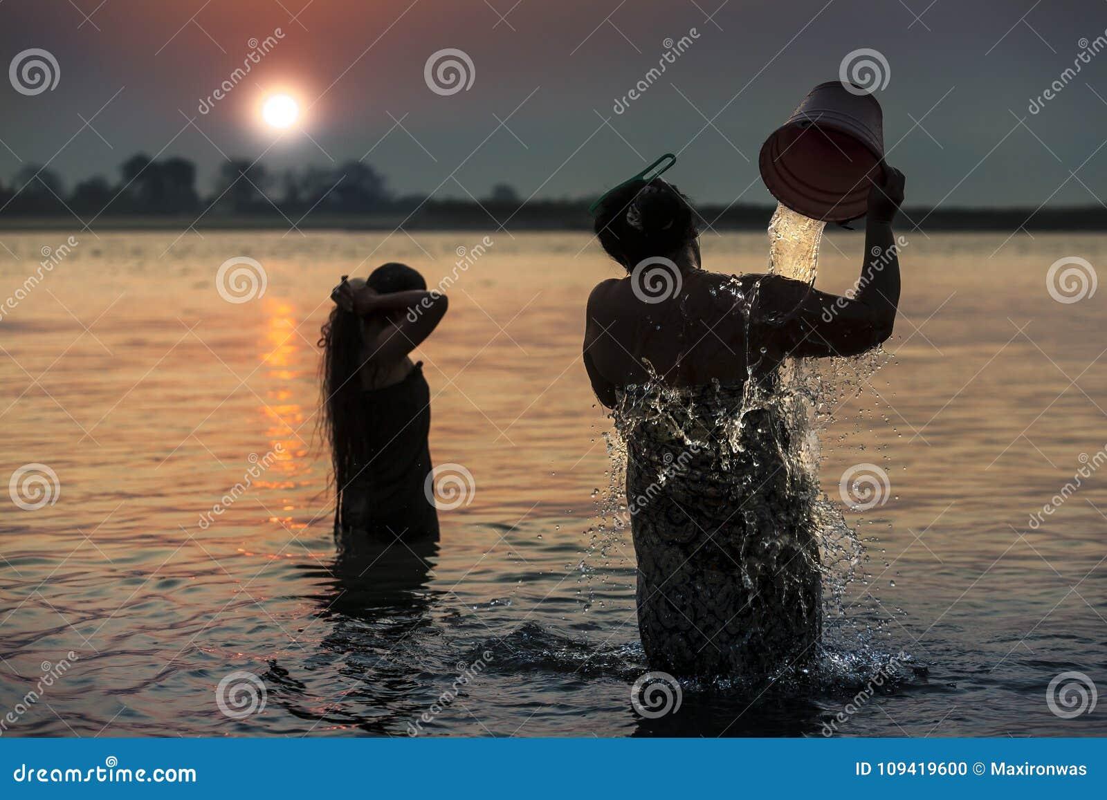 Il Myanmar - bagno di mattina dentro il fiume di Irrawaddy