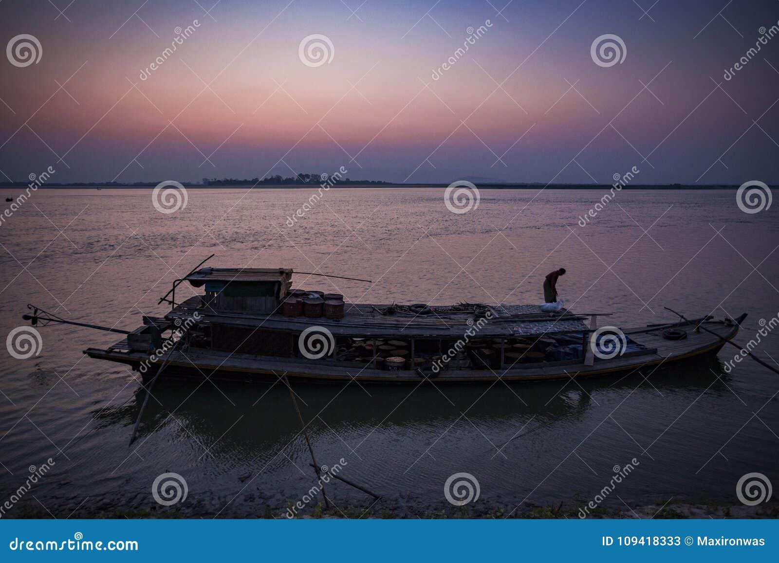 Il Myanmar - Mingun - casa galleggiante sul fiume di Irrawaddy