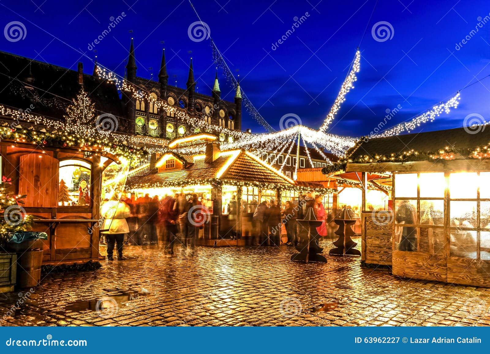 Chioschi Con Alimento Tradizionale Nel Mercato Di Natale Luebeck Germania