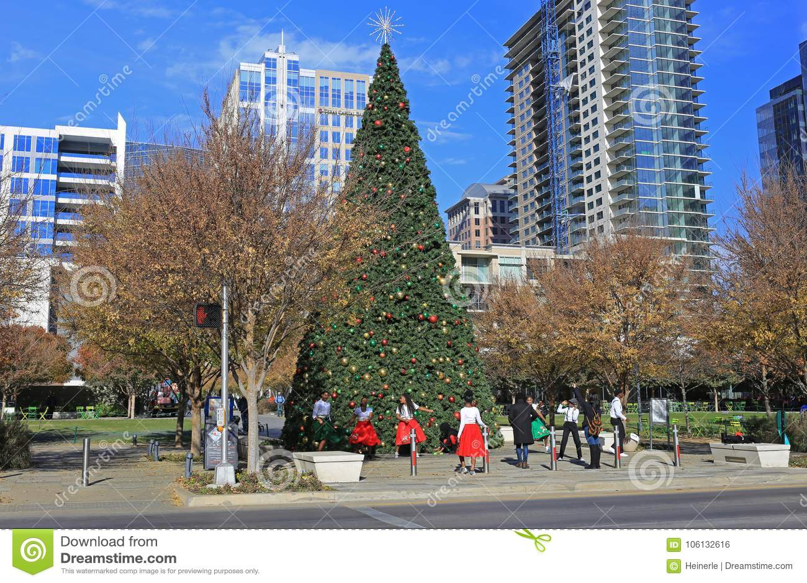 Il Natale cronometra in Klyde Warren Park a Dallas del centro