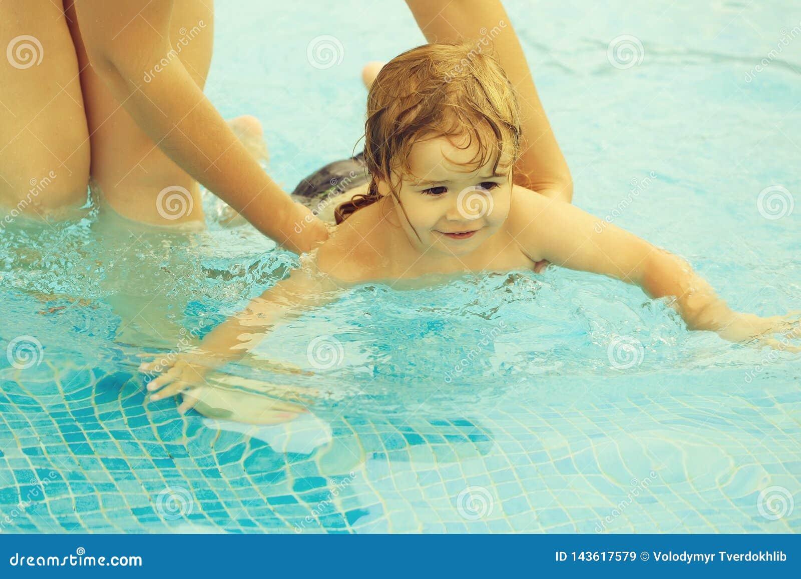 Il neonato sveglio impara nuotare con aiuto delle madri
