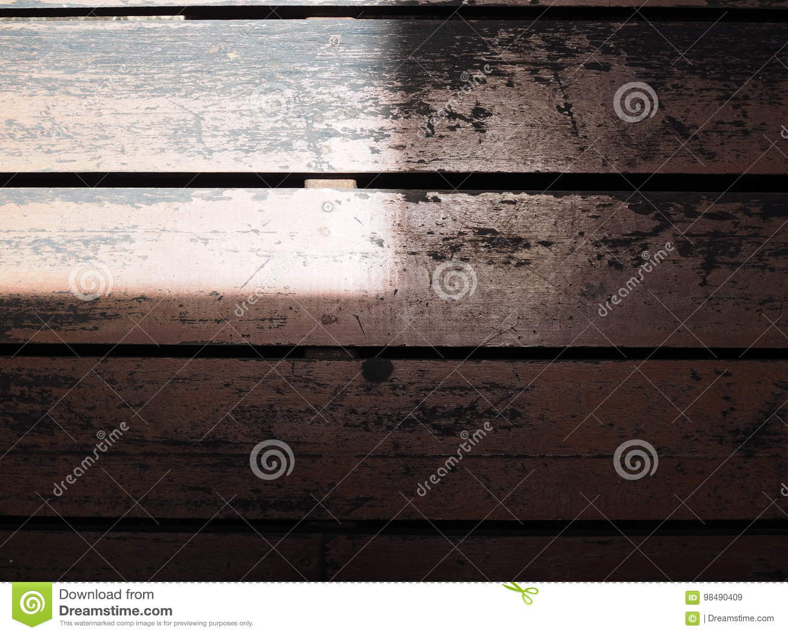 Il nero ha macchiato la pavimentazione in piastrelle di legno
