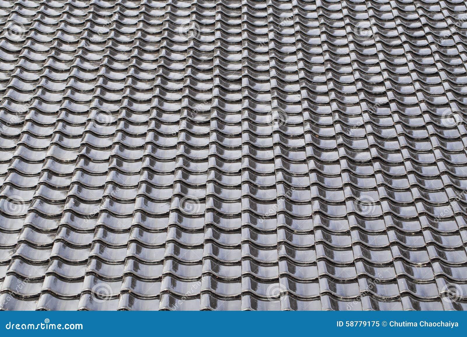 Il nero ha piastrellato il tetto nello stile giapponese