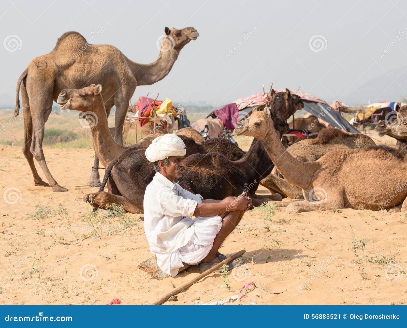Il nomade indiano ha assistito al cammello annuale Mela di Pushkar