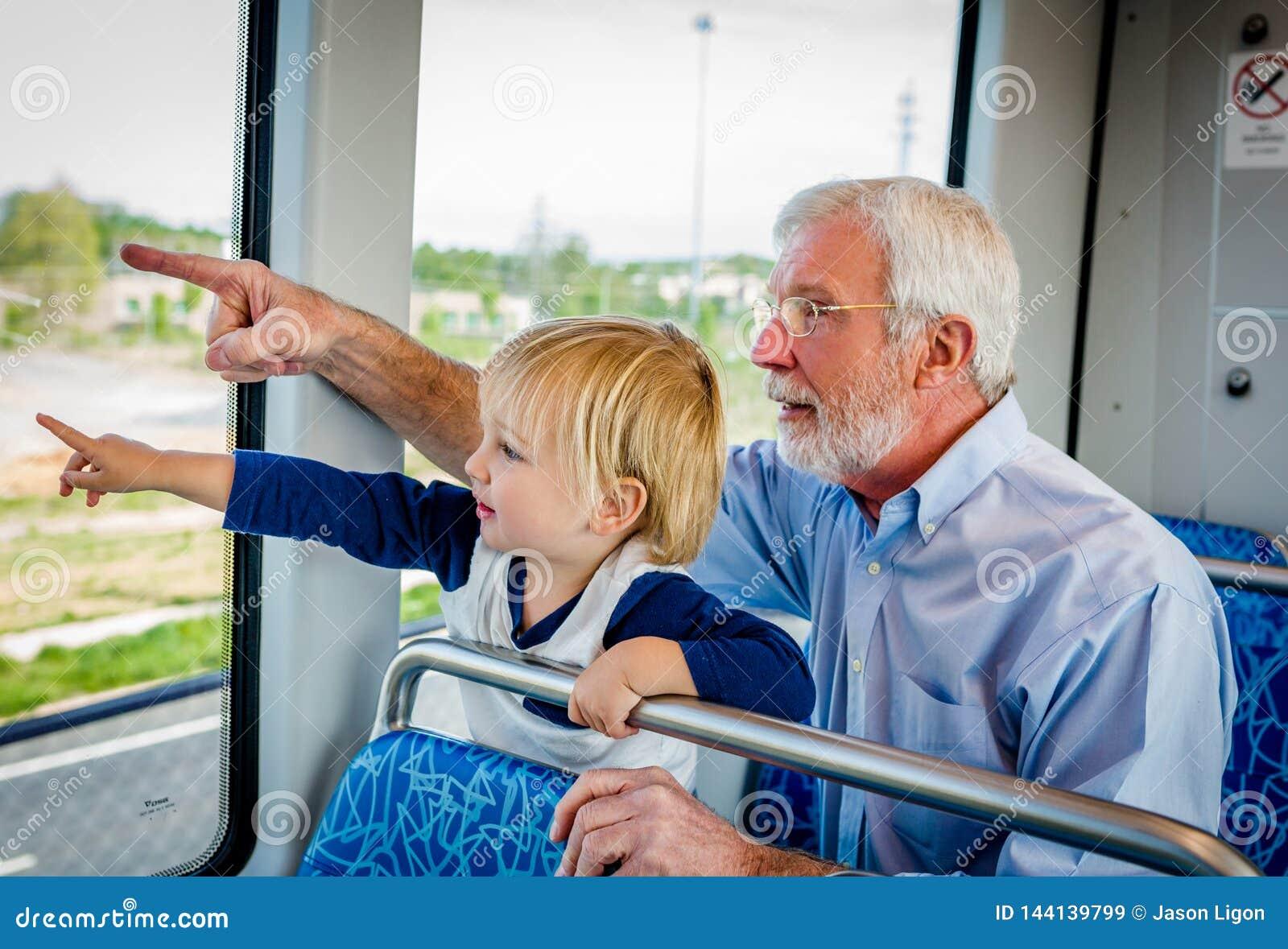 Il nonno ed il nipote passano insieme il tempo sul treno