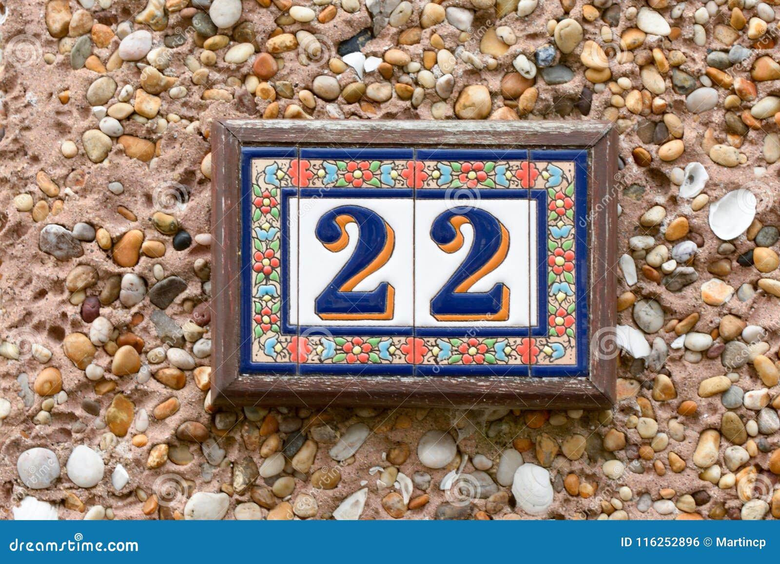 Il numero civico firma dentro le piastrelle di ceramica