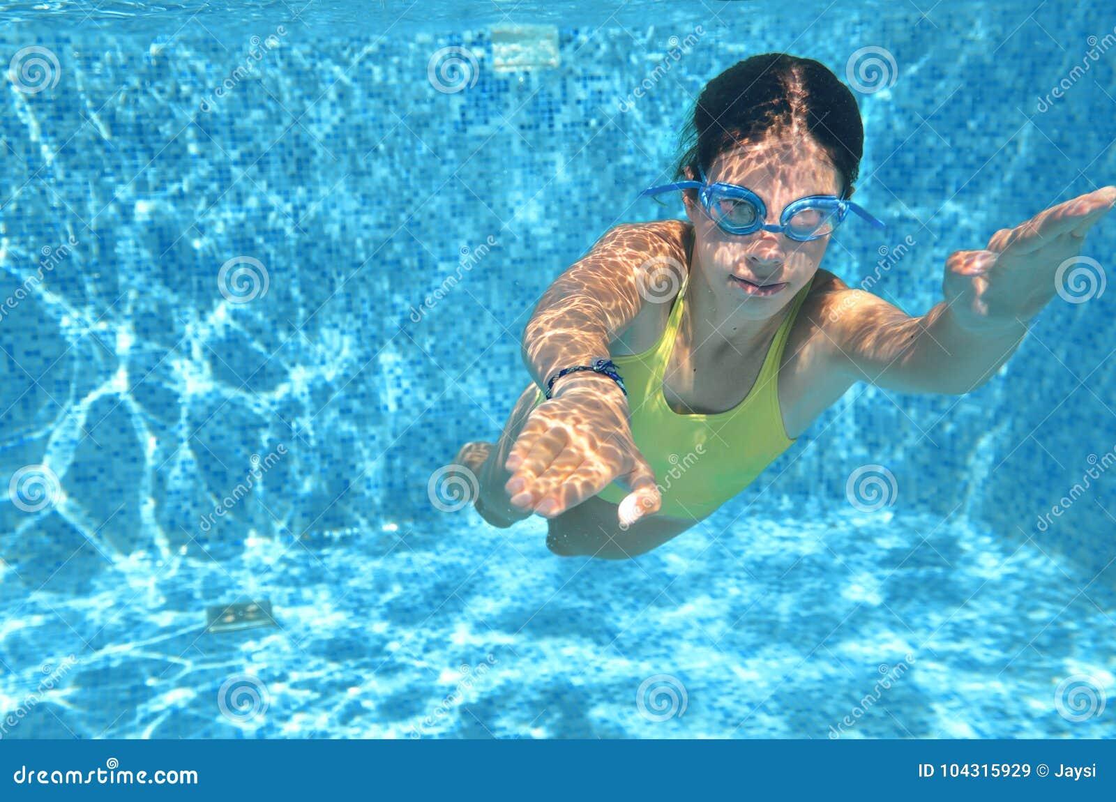 Il nuoto del nuotatore della ragazza sotto l acqua in stagno e si diverte, adolescente che si tuffano underwater, vacanza di fami