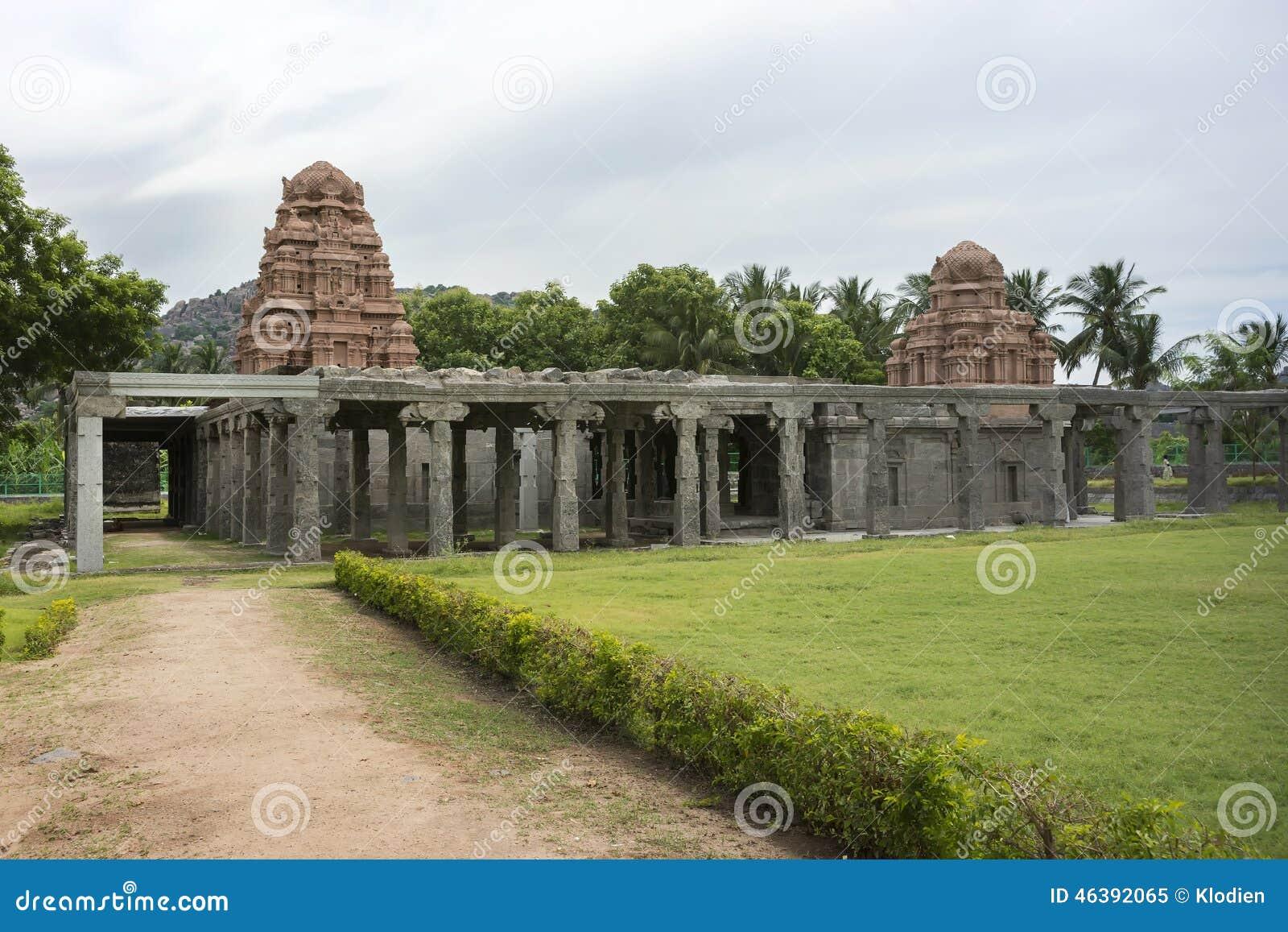 Il nuovo tempio si eleva dentro le vecchie rovine alla fortificazione di Gingee