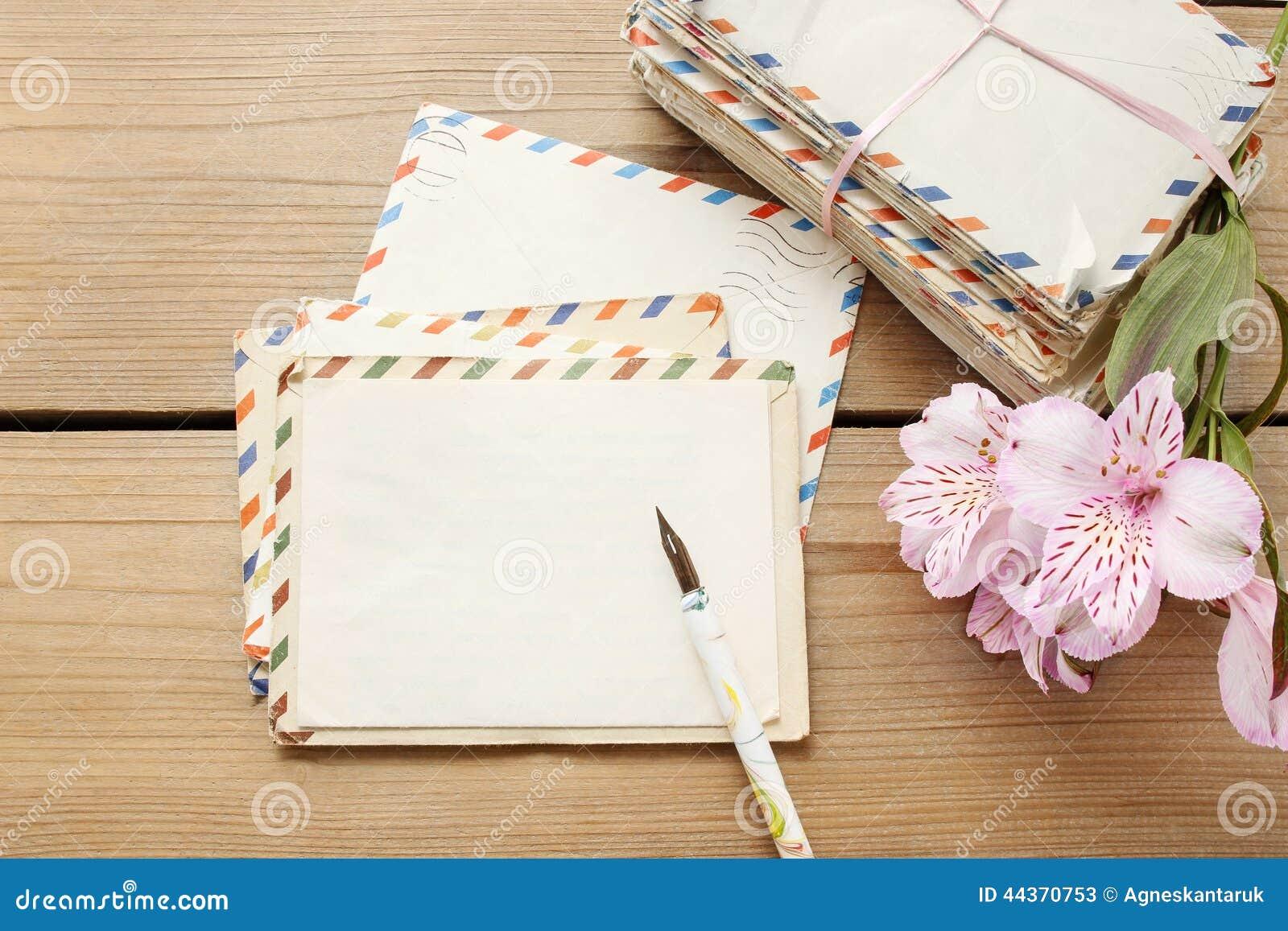Il pacchetto delle lettere d annata, della penna e del alstroemeria rosa fiorisce