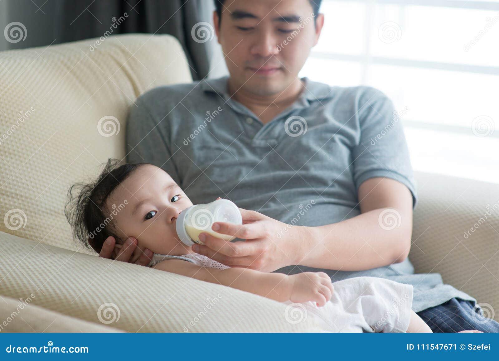 Il padre allatta con il biberon il latte al bambino