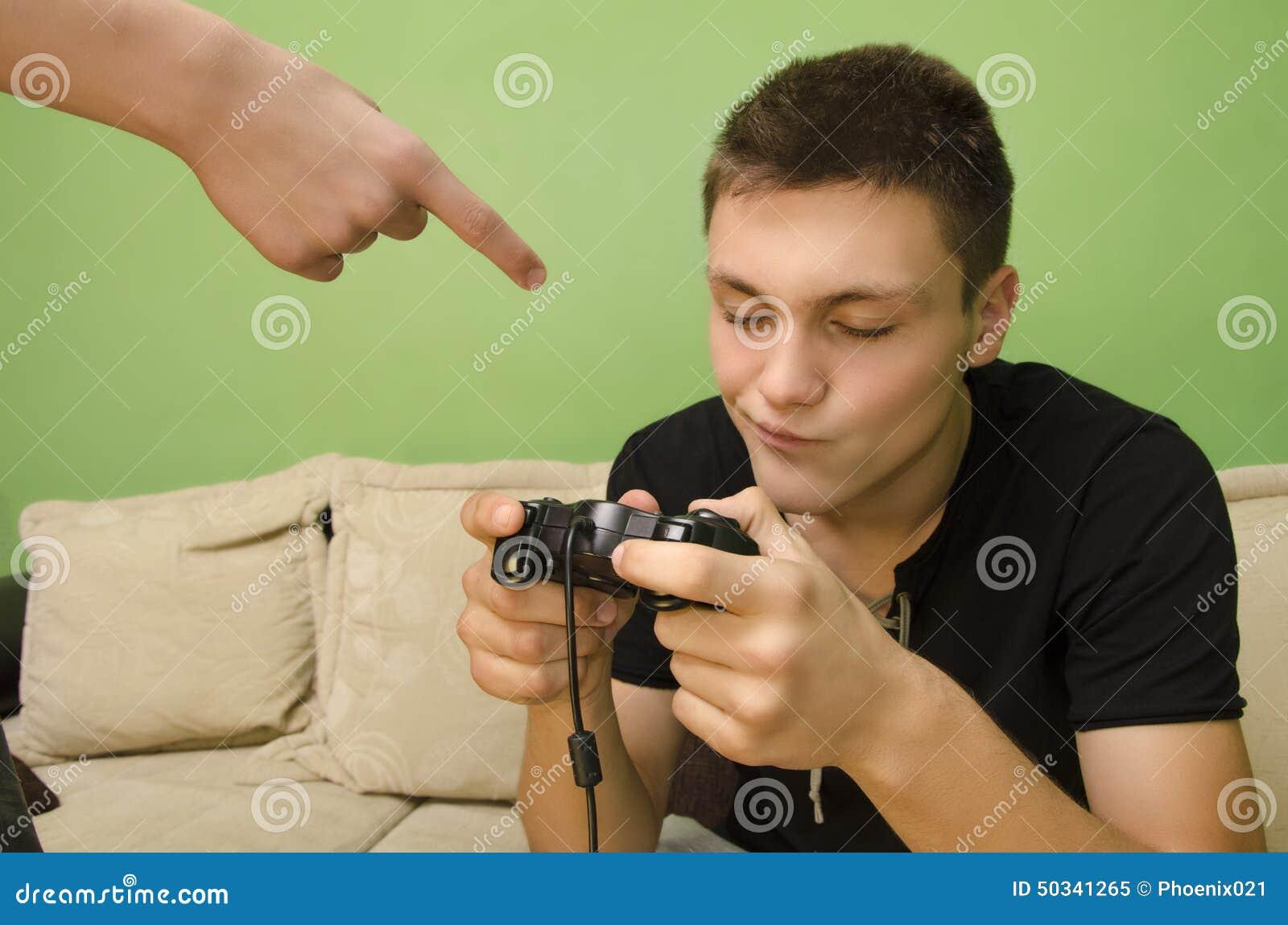 Il padre avverte il suo bambino di non giocare i video giochi