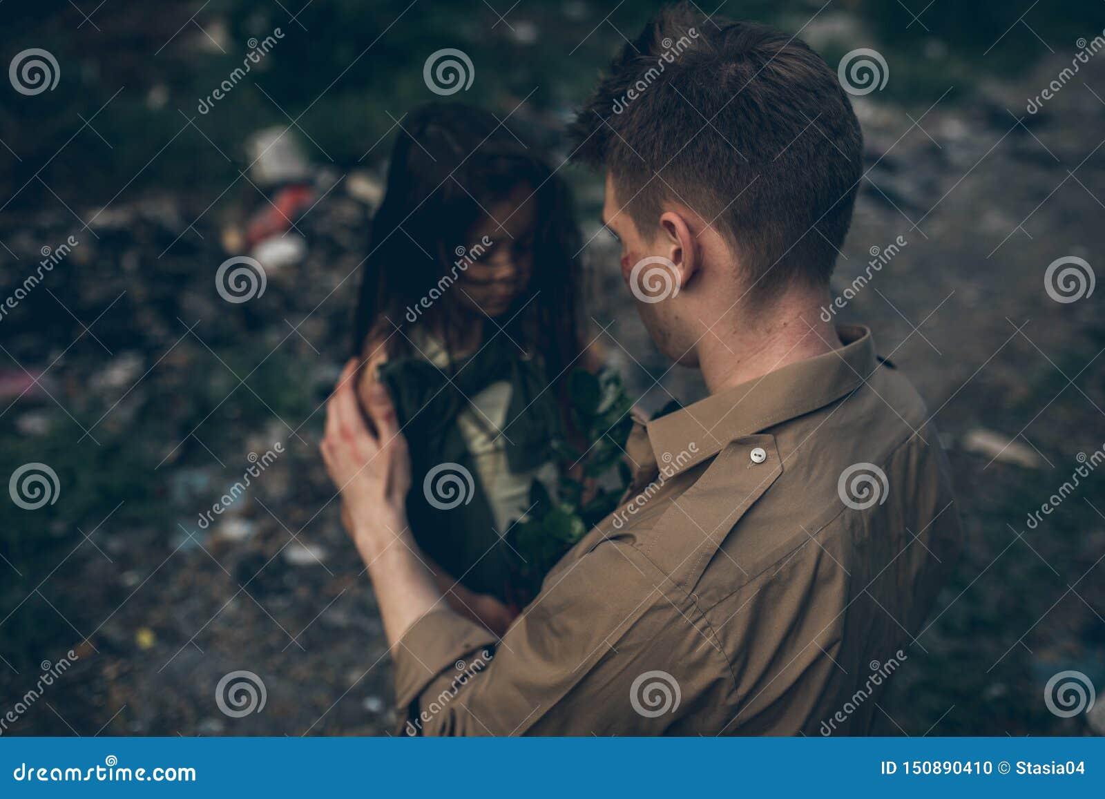 Il padre e la figlia senza tetto sono nella discarica