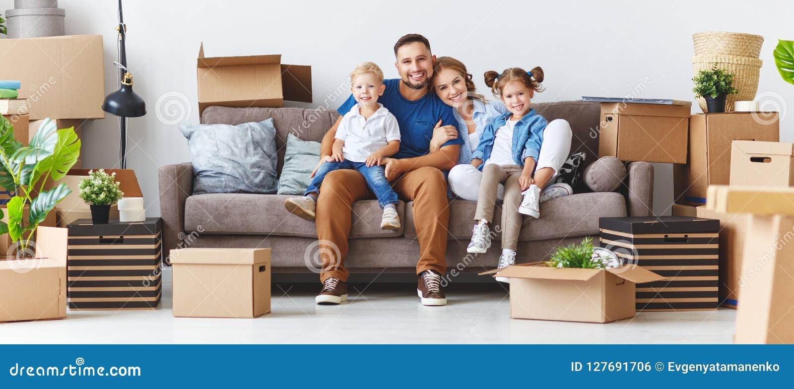 Il padre ed i bambini felici della madre della famiglia si muovono verso il nuovo appartamento