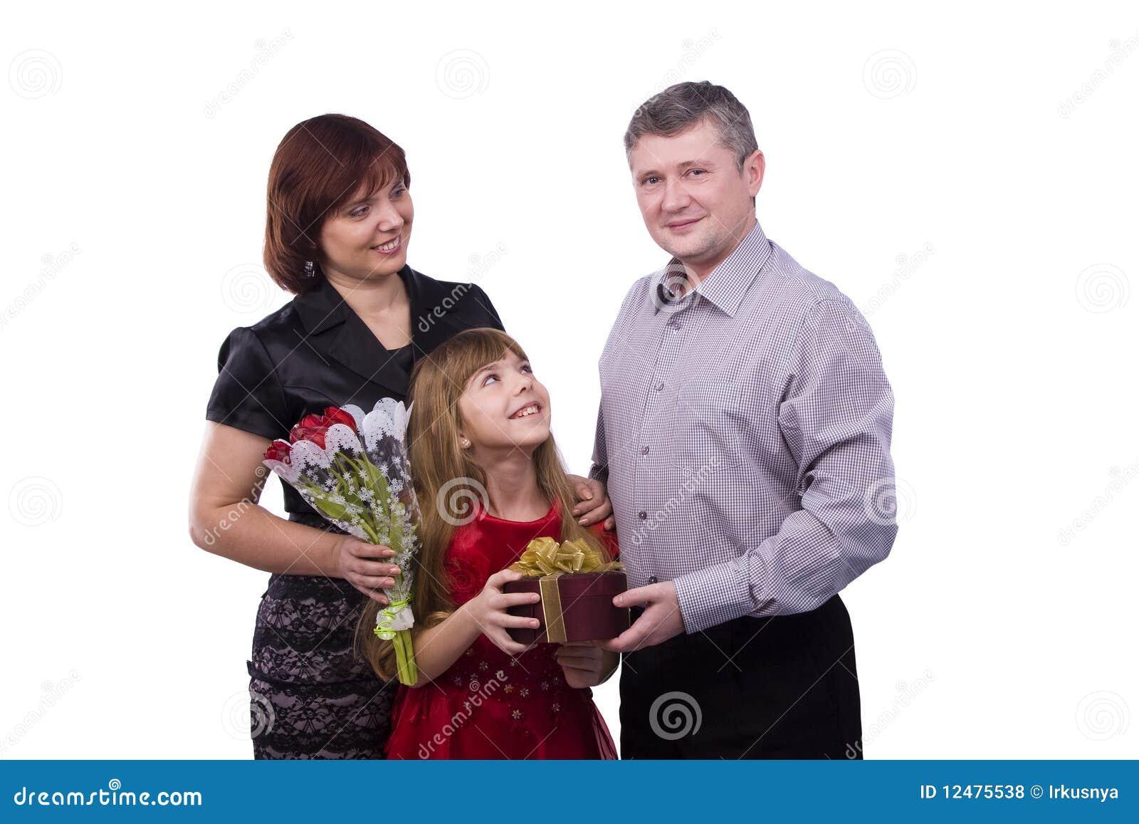 Il padre sta dando il derivato e la madre del regalo
