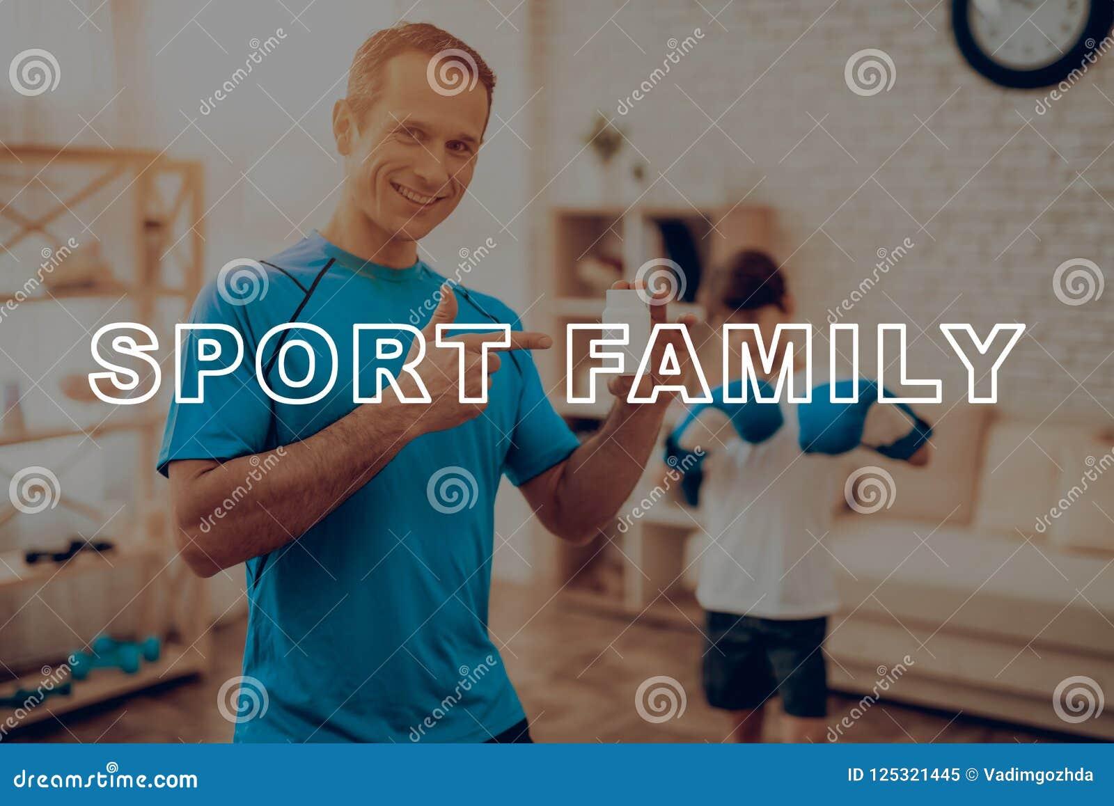 Il padre And un figlio sta facendo gli sport Contenitore di vitamina
