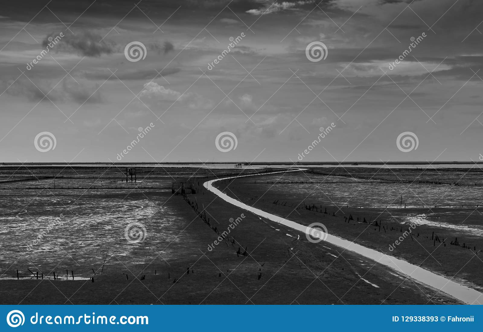 Il paesaggio del mare alla marea e le nuvole bianche grige e del cielo lungo la bobina innaffiano il canale Piano di fango all im