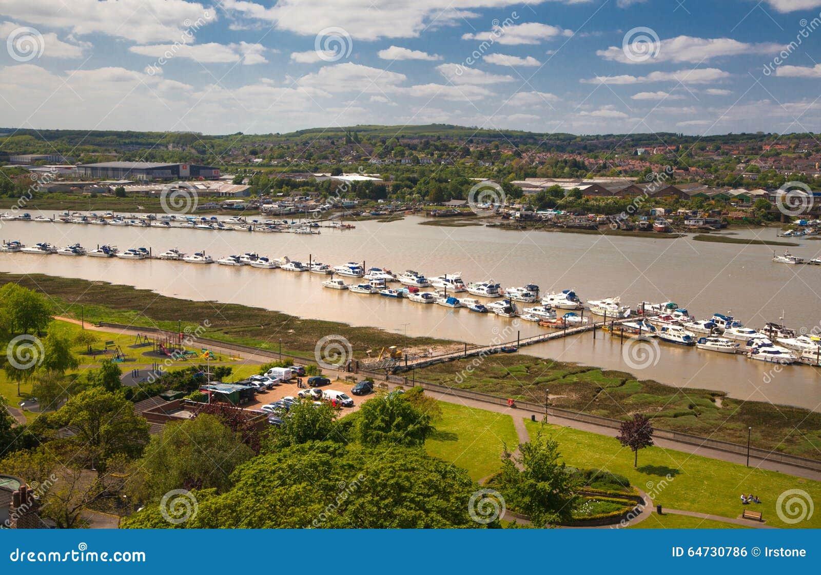 Il paesaggio intorno della città di Rochester include il fiume Risonanza e l yacht club