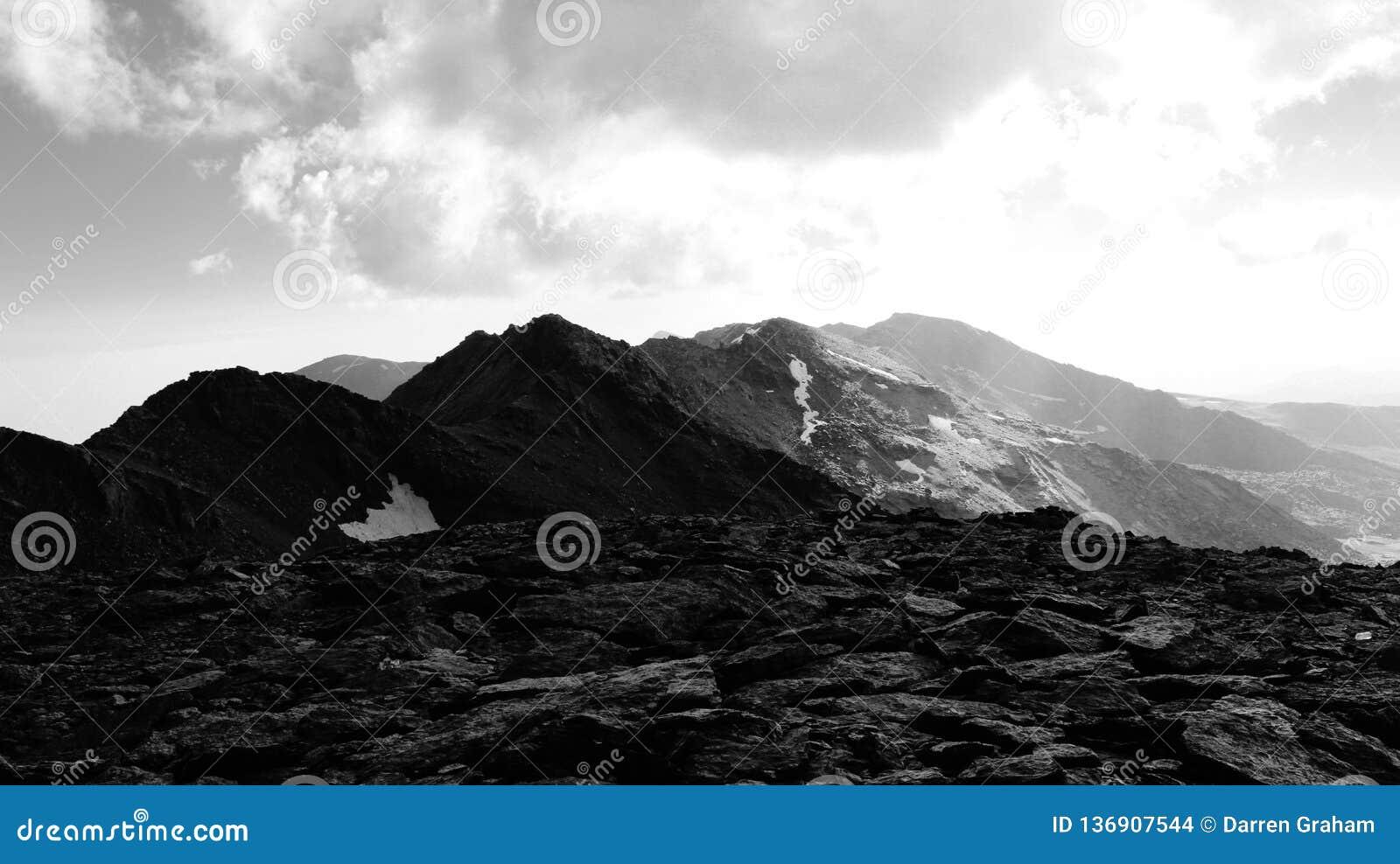 Il paesaggio roccioso stracciato di Sierra Nevada
