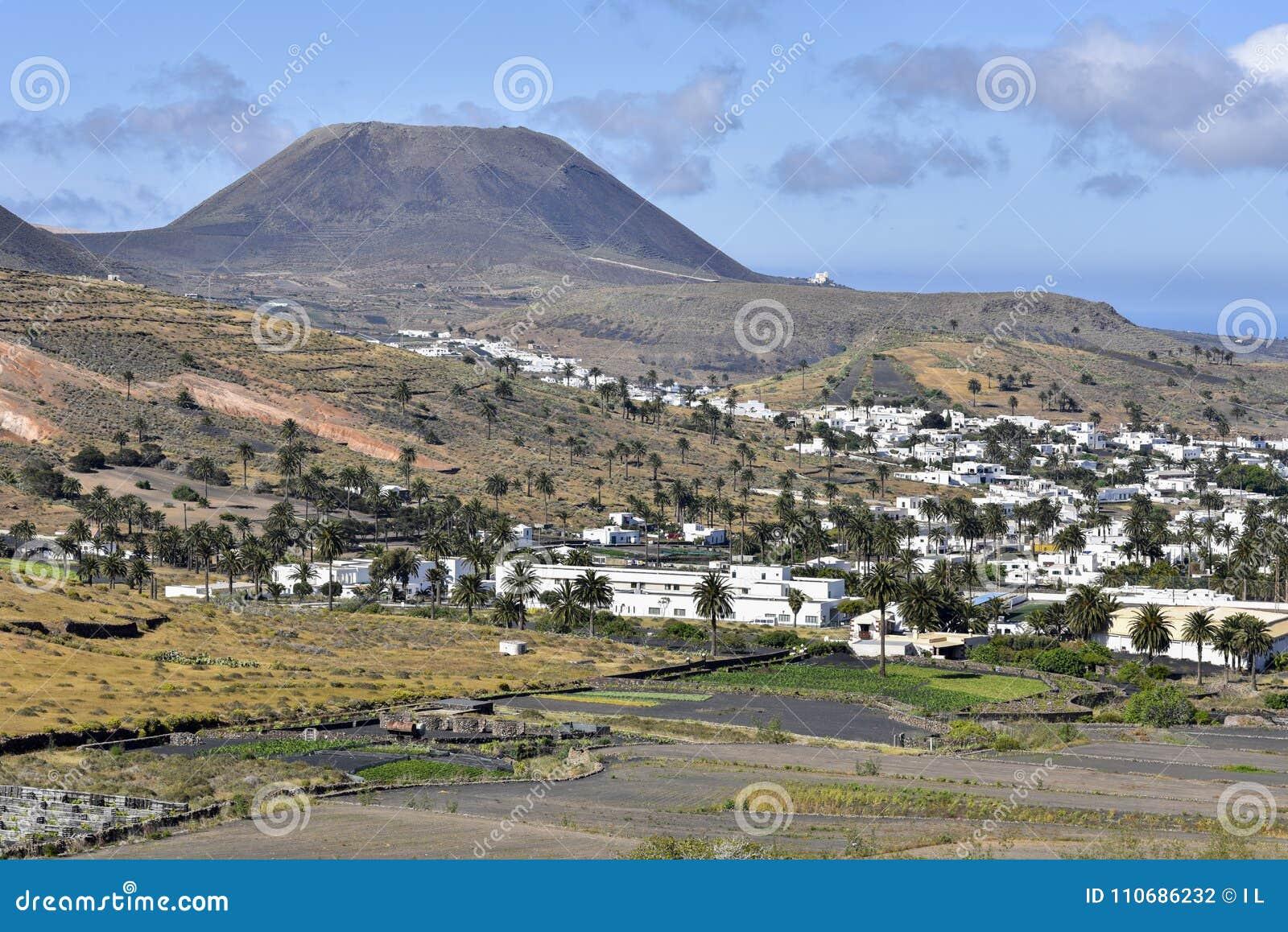 Il paesino di montagna scenico di Haria sourrounded dalle palme, Lanzarote, isole Canarie, Spagna