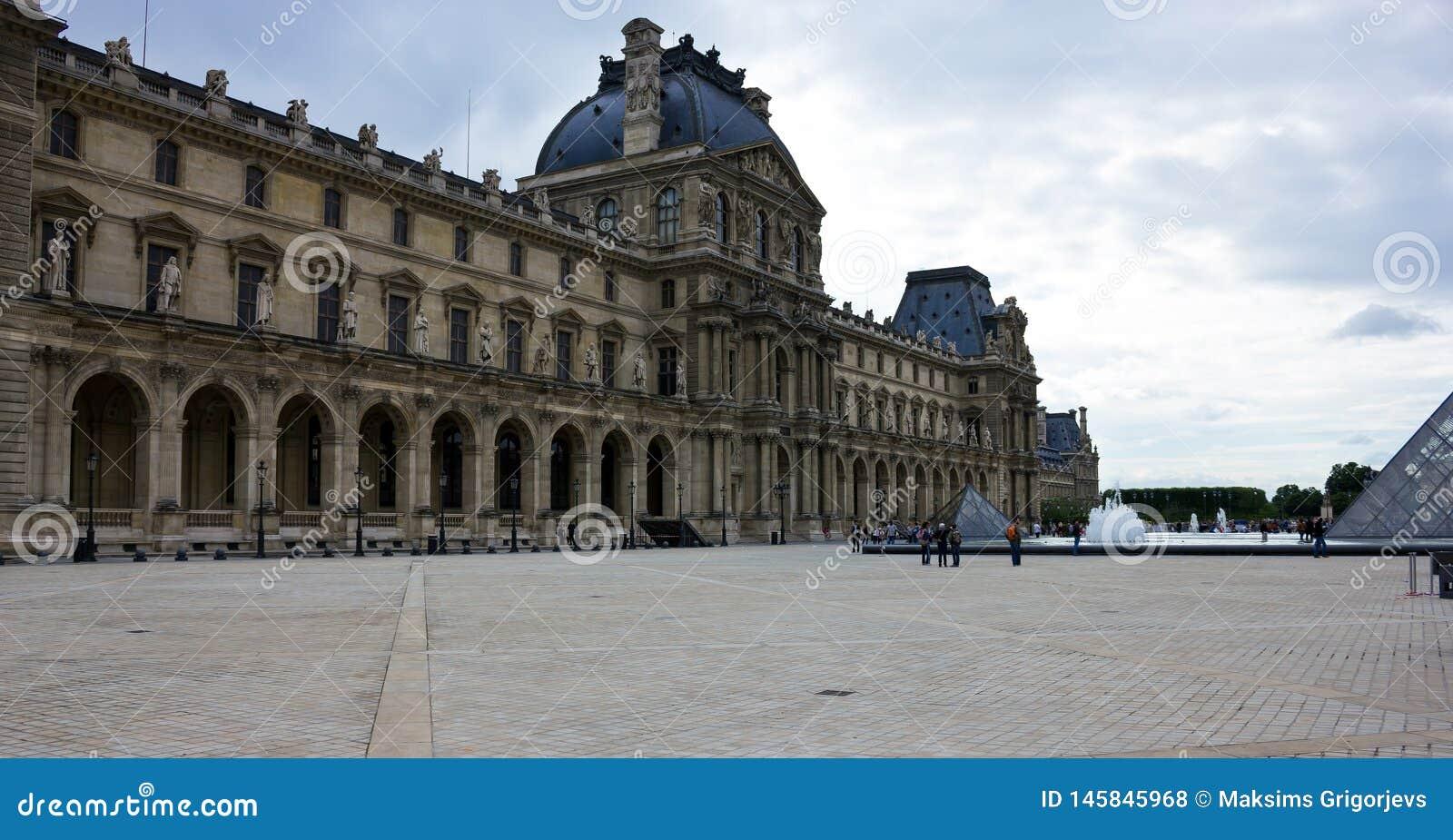 Il palazzo del Louvre a Parigi, Francia, il 25 giugno 2013