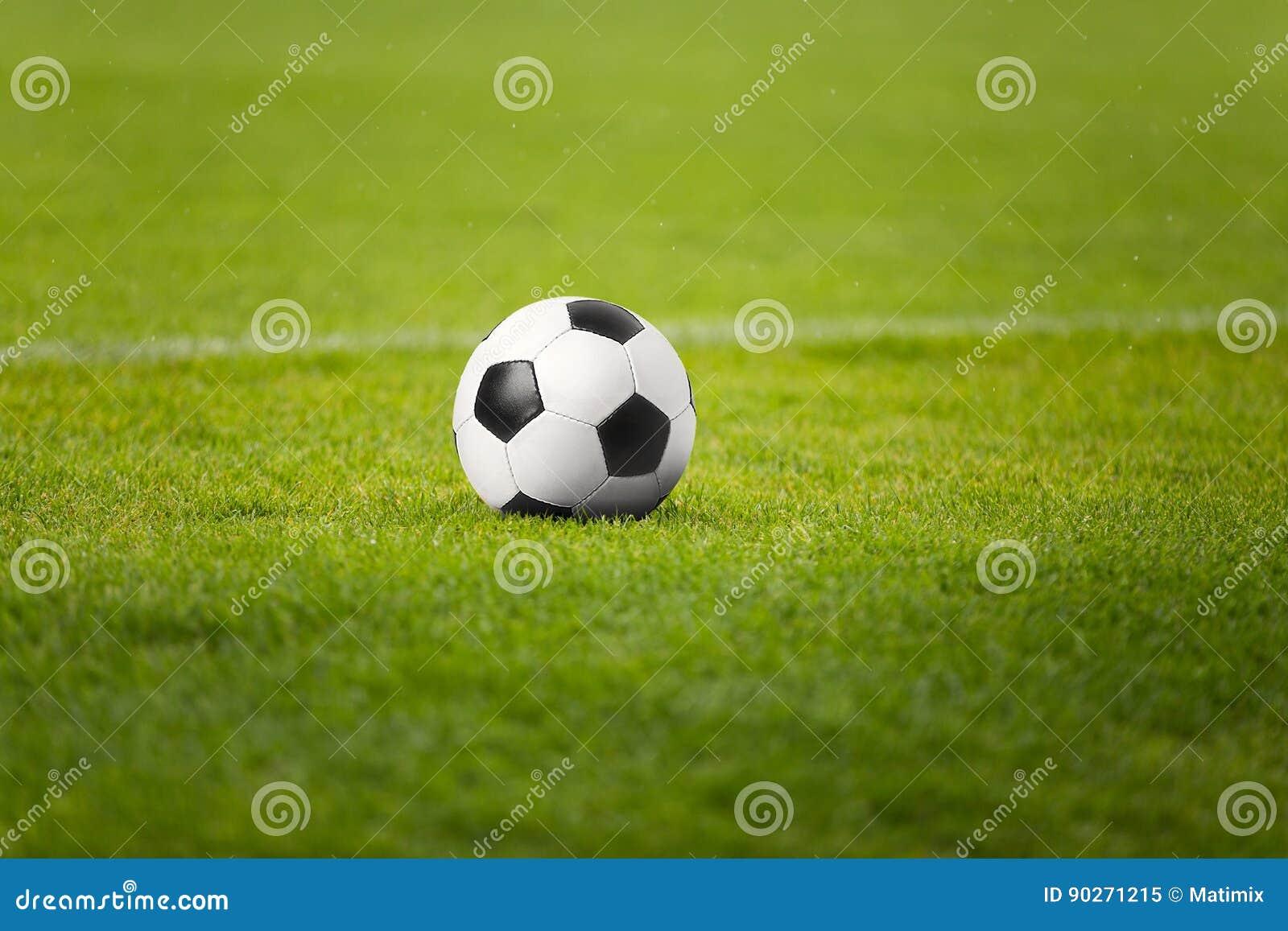 Tappeti Per Bambini Campo Da Calcio : Il pallone da calcio sul campo di verde dello stadio campo da