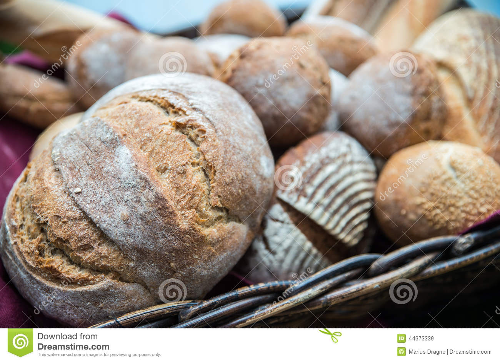 Il pane delizioso e arriva a fiumi il canestro