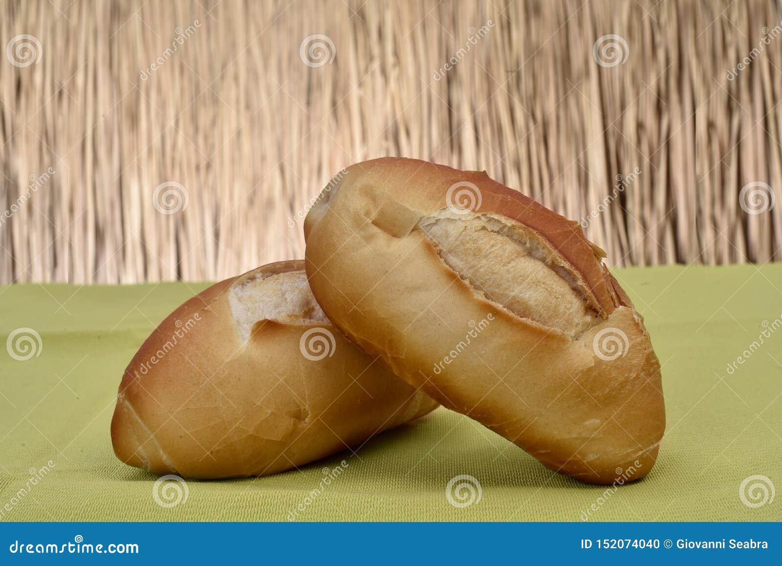 Il pane francese ha arrostito sulla tavola