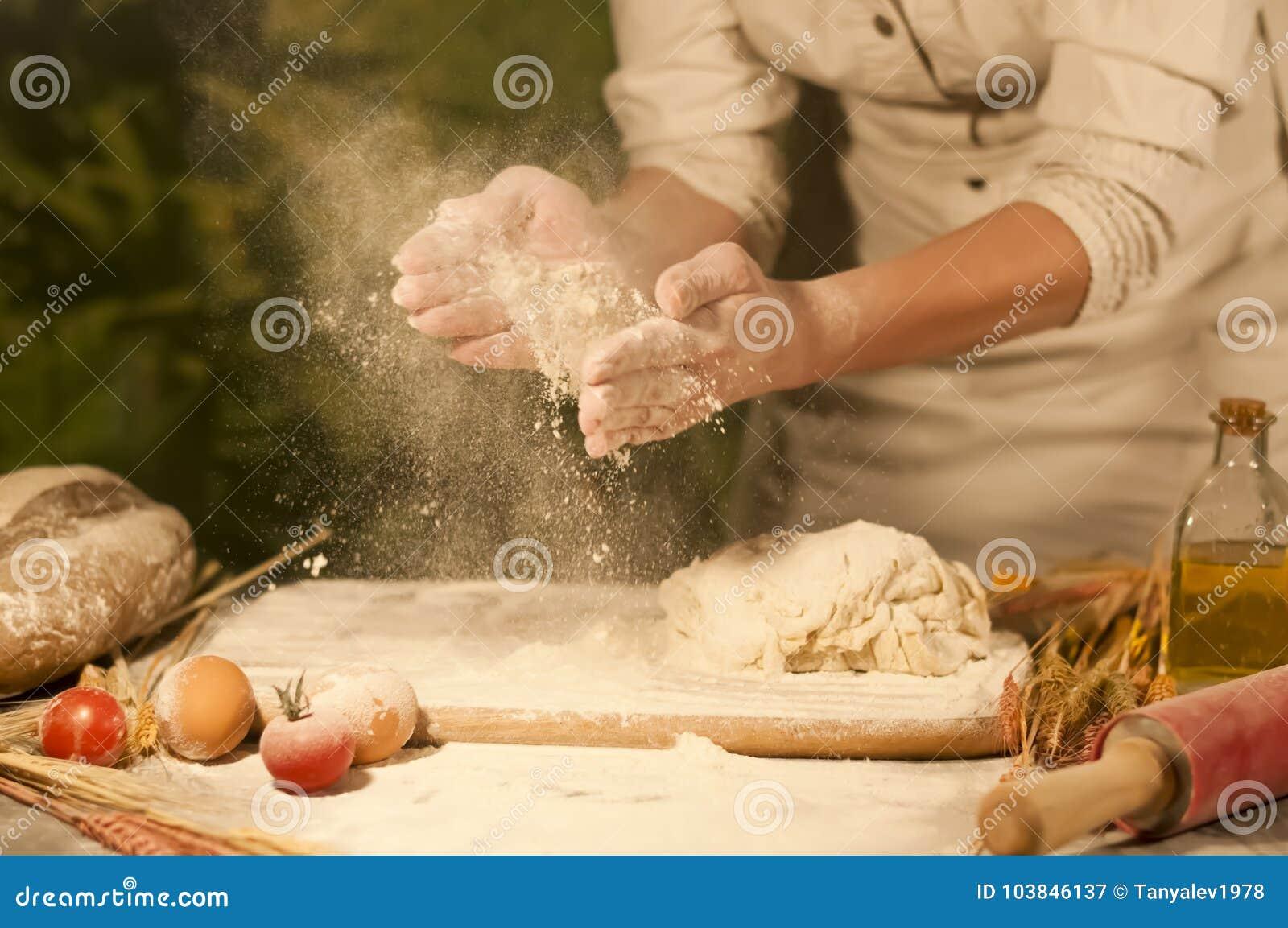Il panettiere delle donne passa la miscelazione, il burro d impastamento di ricetta, pasta della preparazione del pomodoro e pane