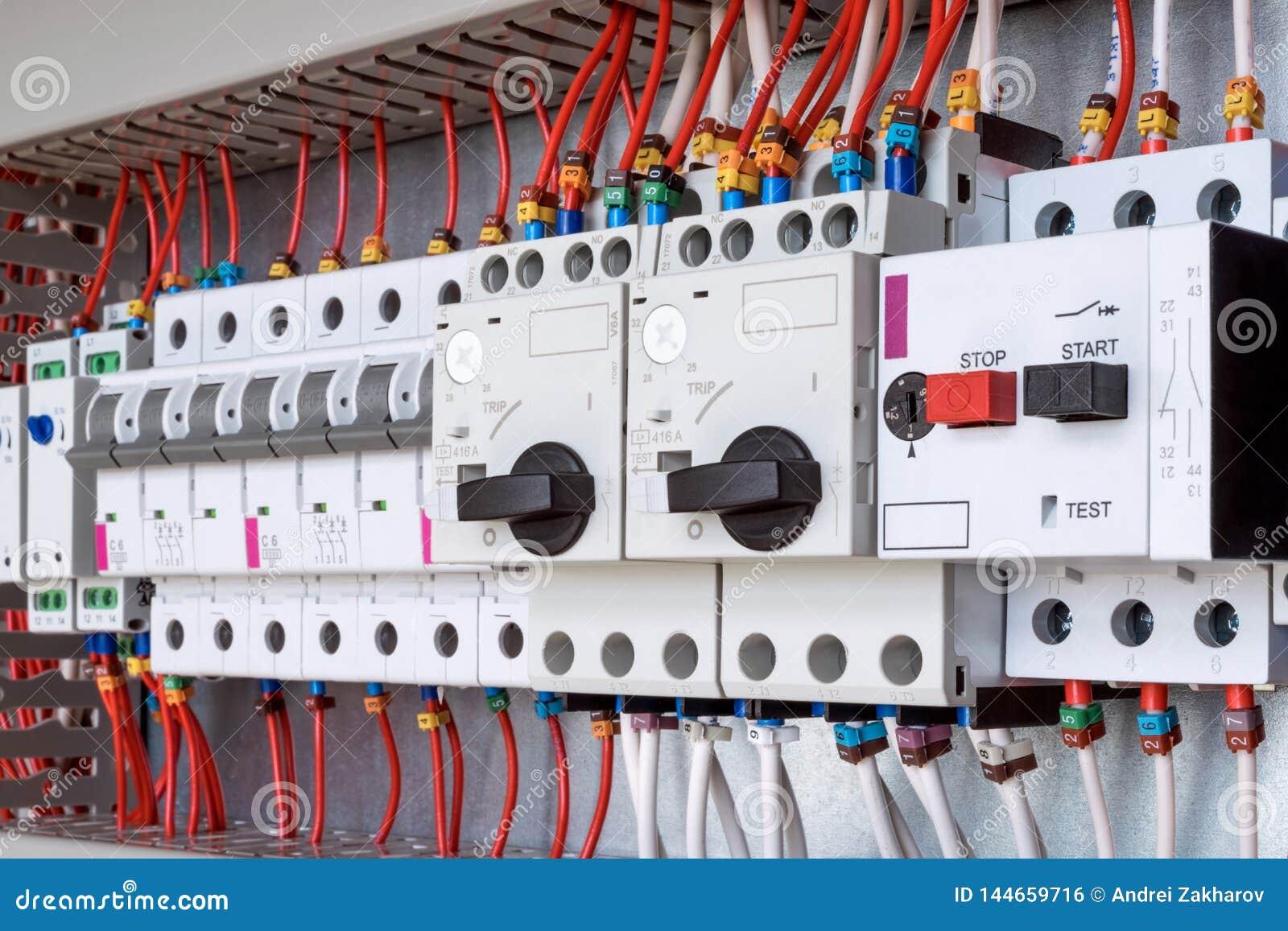 Il pannello di controllo elettrico è interruttori che proteggono il motore